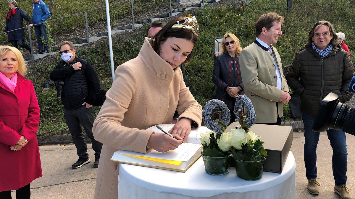 Die Weinkönigin Carolin Meyer bei der Einweihung des neuen Terroir f in Rödelsee