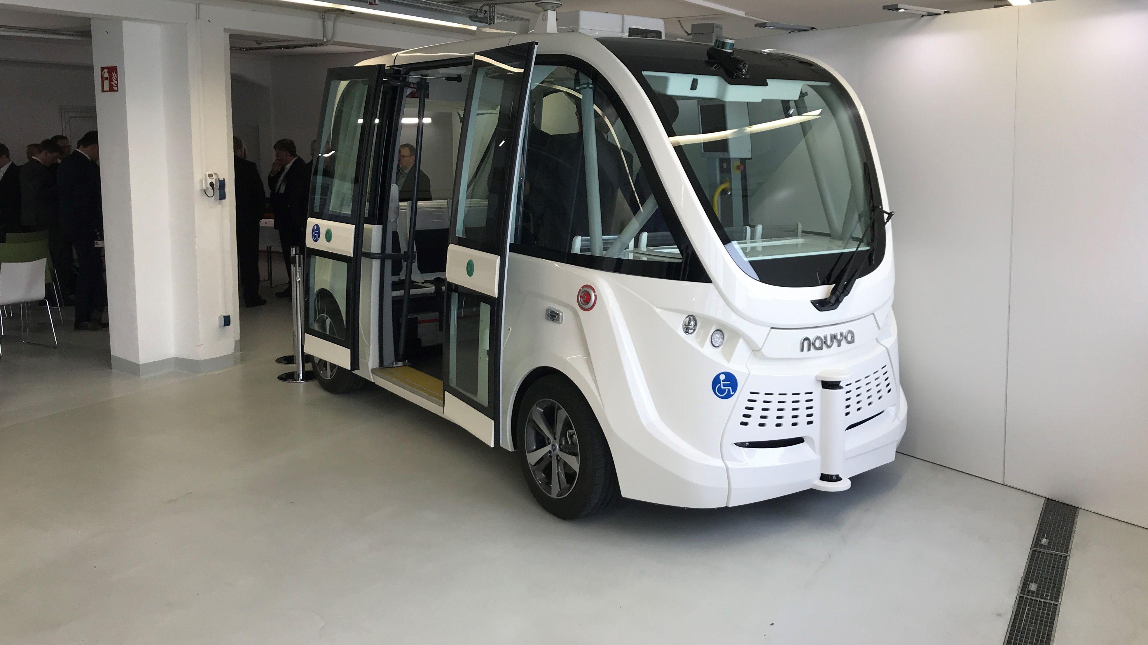 Ein autonom fahrender Bus mit geöffneten Türen.