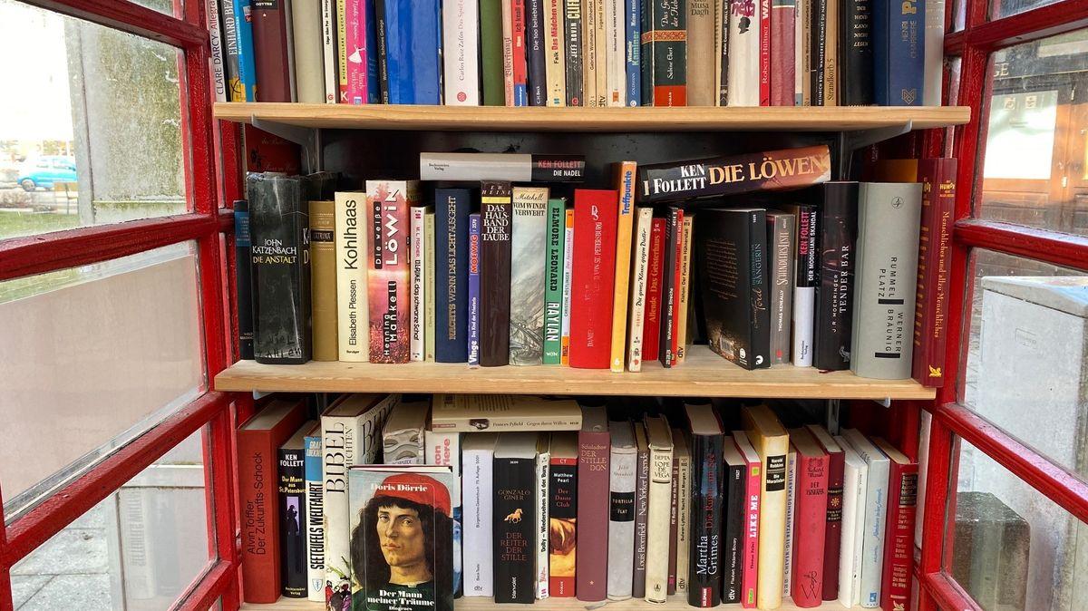 Bücher in der ehemaligen Telefonzelle.