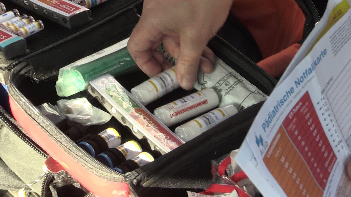 Ein Koffer der Bergwacht wird kontrolliert.