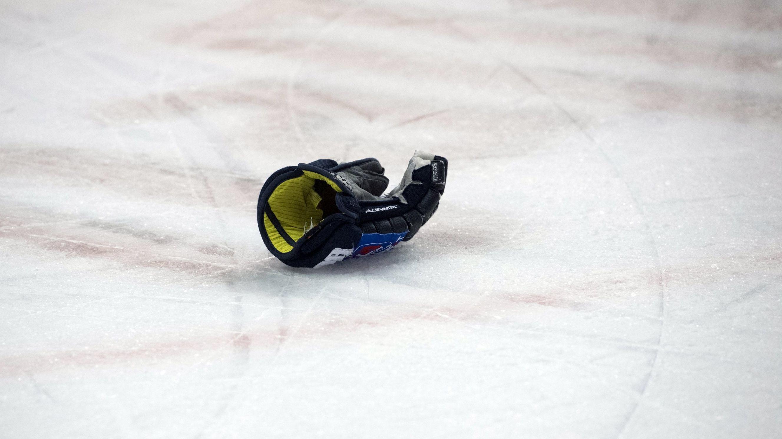 Der Handschuh eines Eishockeyspielers liegt auf dem Eis