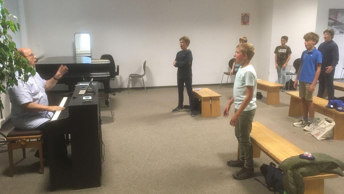 Der Konzertchor des Tölzer Knabenchores bei einer Probe unter seiem Künstlerischen Leiter Christian Fliegner