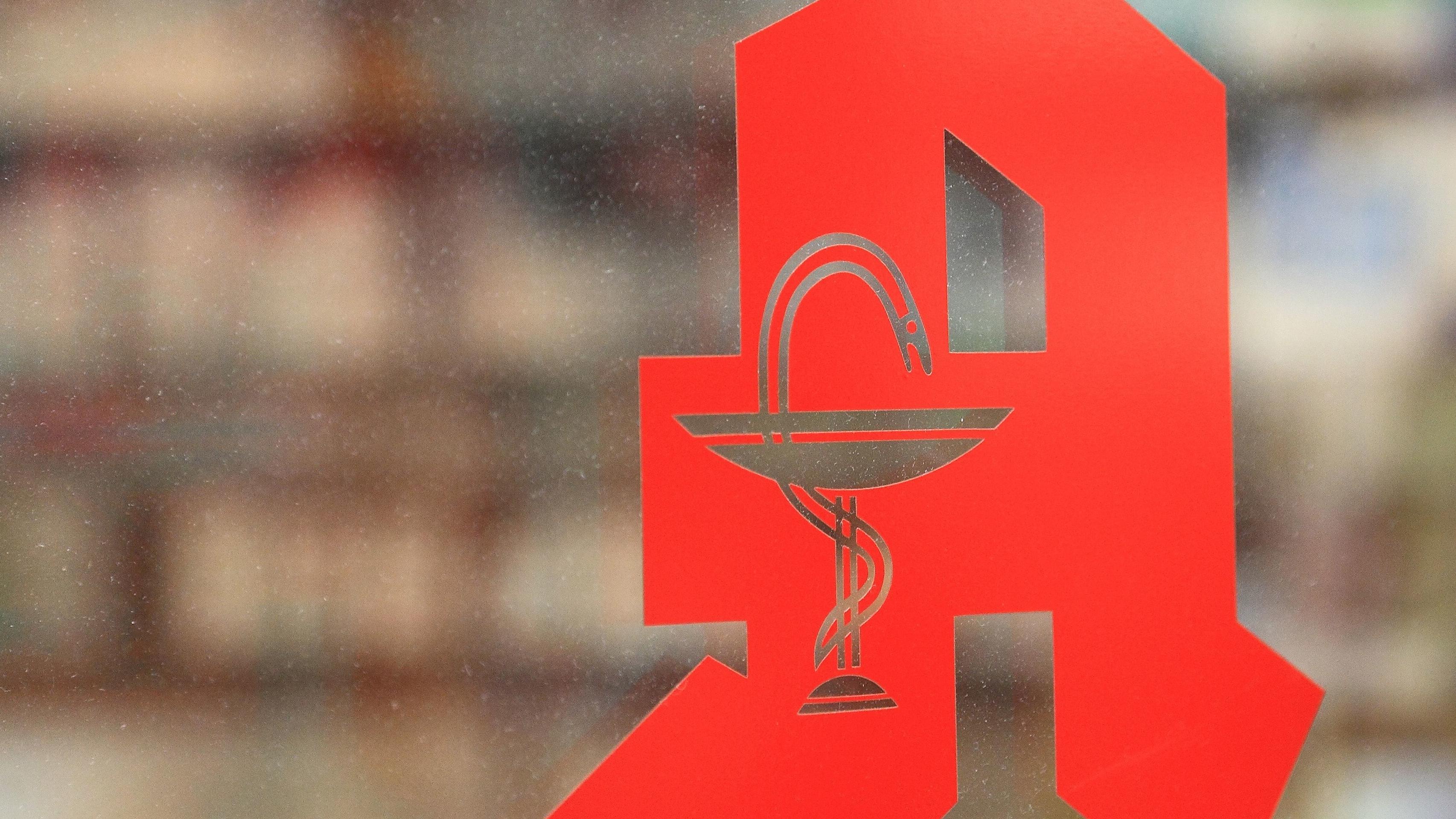 Apotheken-Zeichen auf einem Schaufenster (Symbolbild)