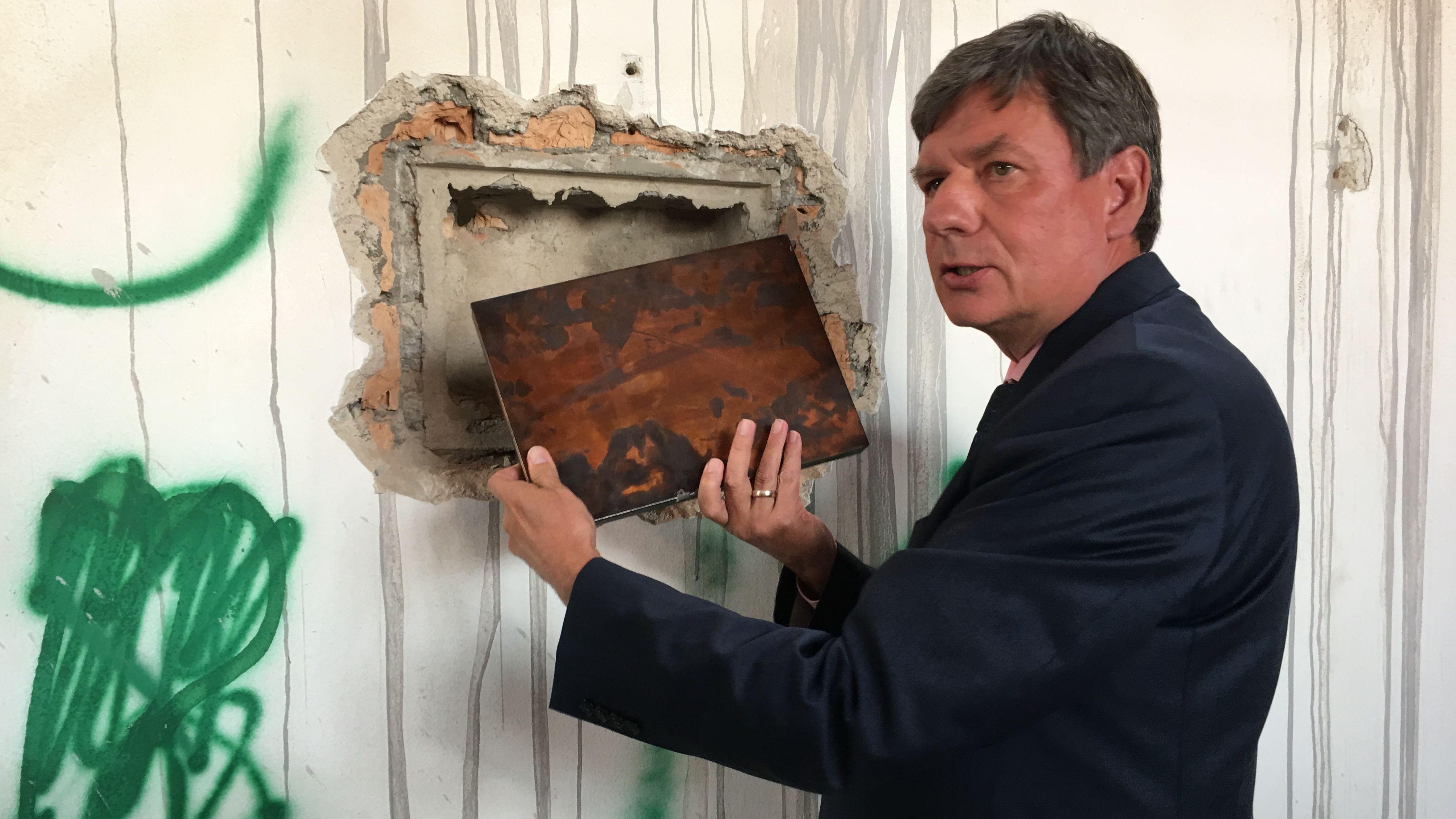 Bürgermeister Karlheinz Stephan mit der Zeitkapsel.