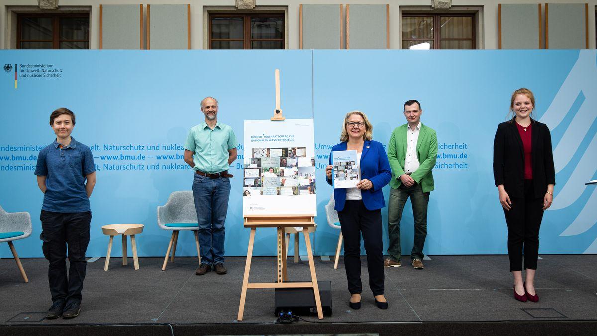Die Würzburger Wasserbotschafter Melanie C. Baumann und Titus Lanz übergeben ihre Empfehlungen an Bundesumweltministerin Svenja Schulze (SPD)