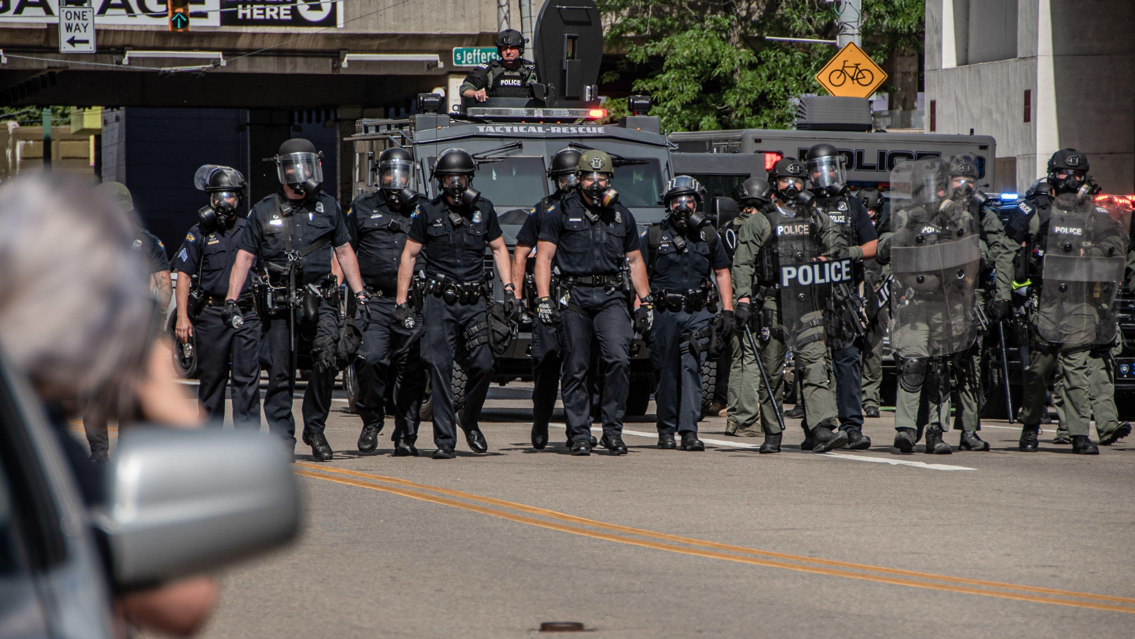 Polizisten marschieren in der US-Stadt Dayton auf Protestierende zu, die gegen Polizeigewalt auf die Straße gehen.