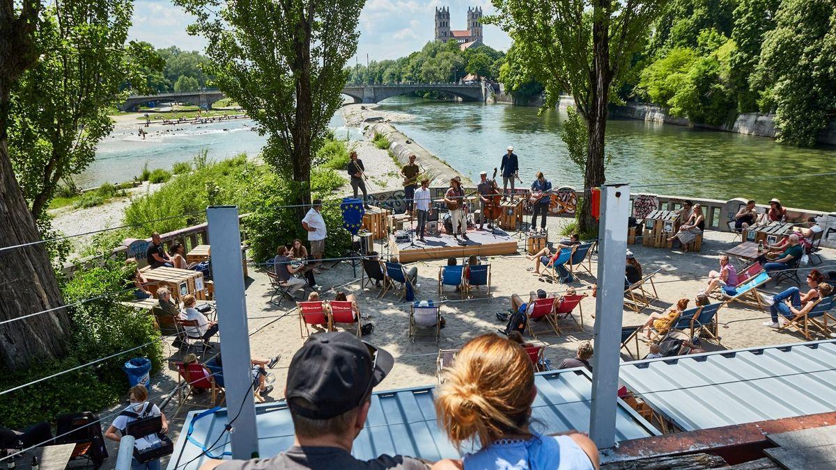 Kulturstrand auf der Münchner Corneliusbrücke an der Isar mit neuer Normalität nach Lockdown
