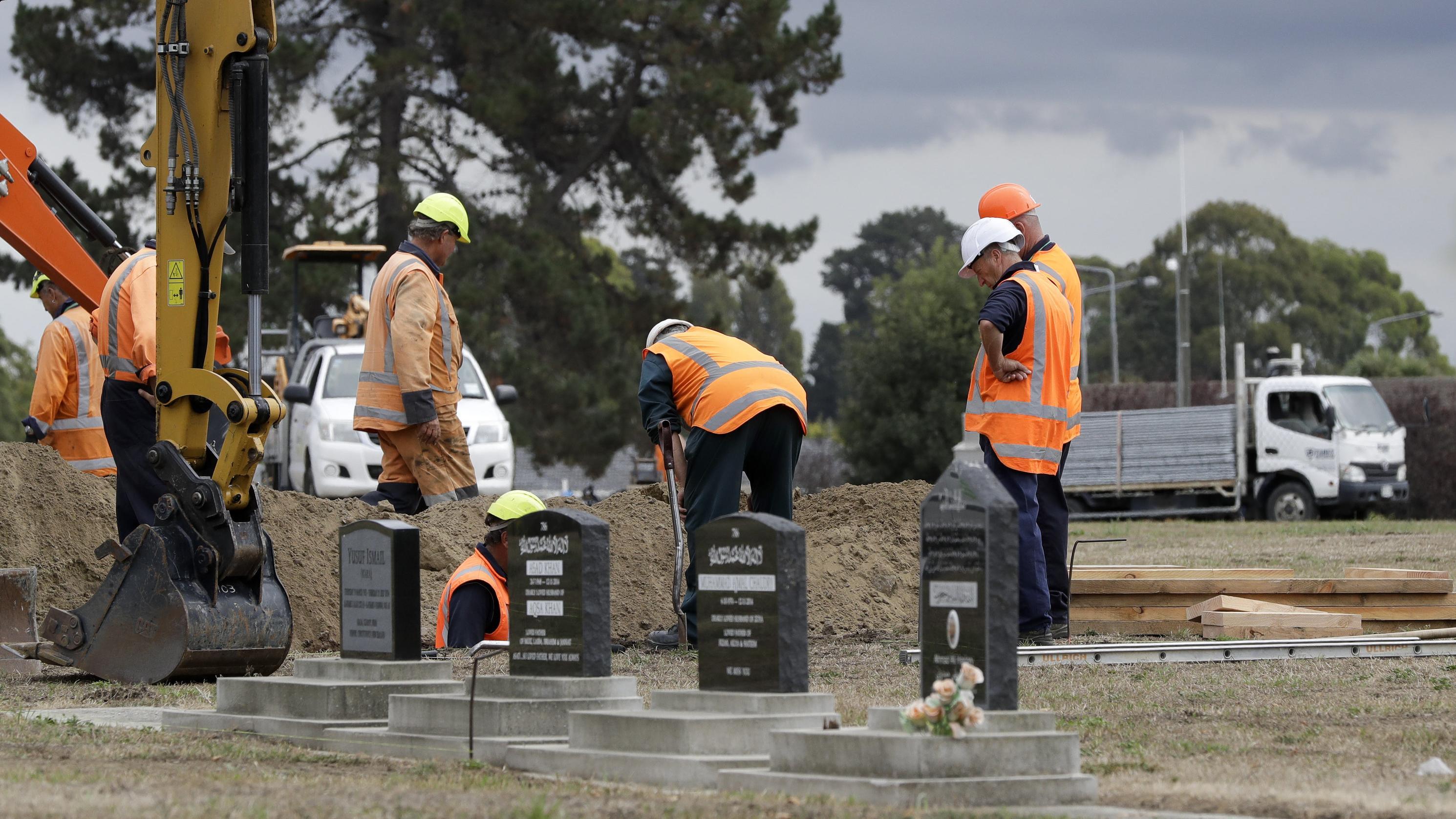 Auf einem nahegelegenen muslimischen Friedhof graben Arbeiter derweilen Gräber für die Opfer des Anschlags aus.