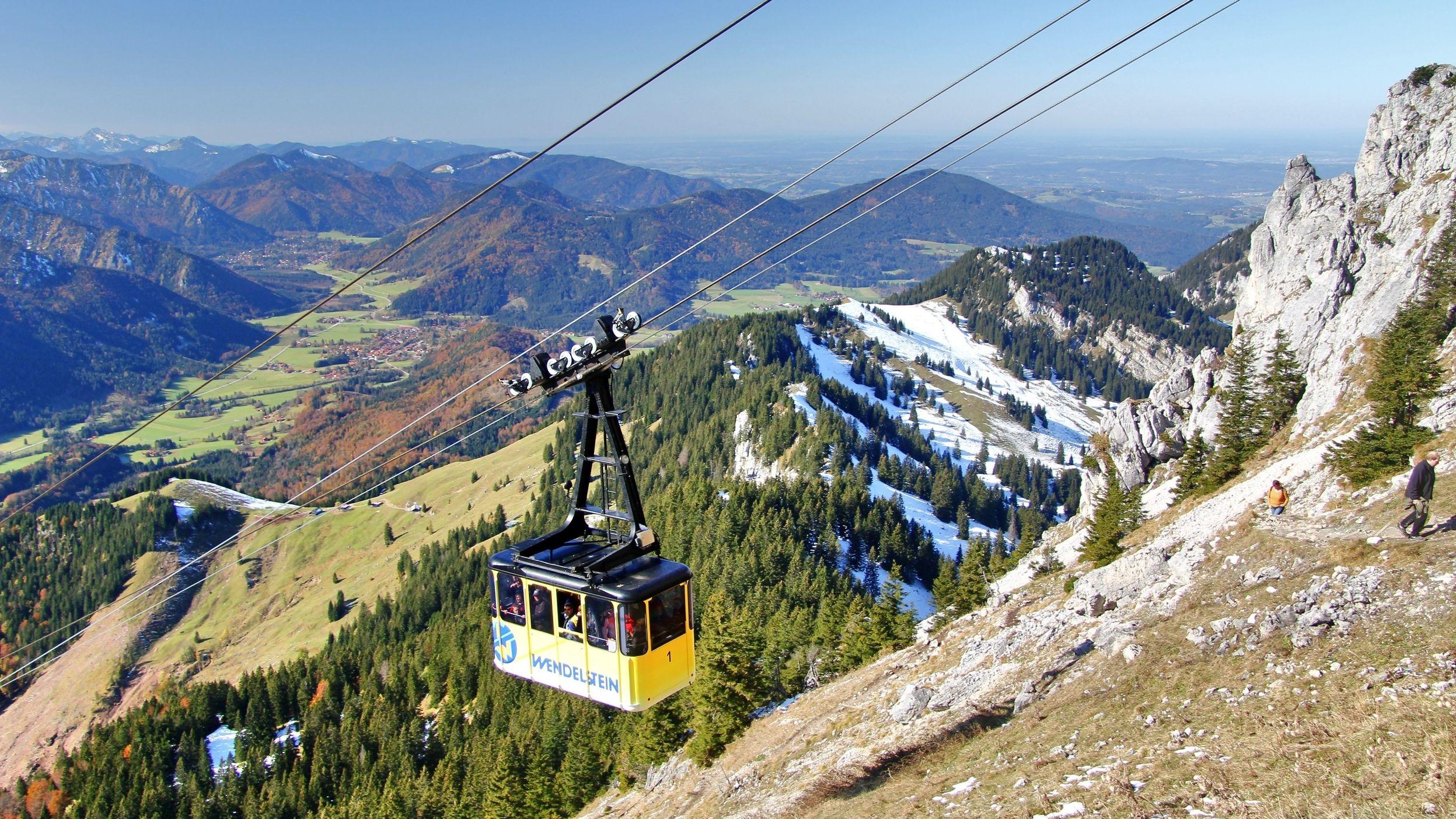 Die Wendelstein-Seilbahn fährt auf den Gipfel.