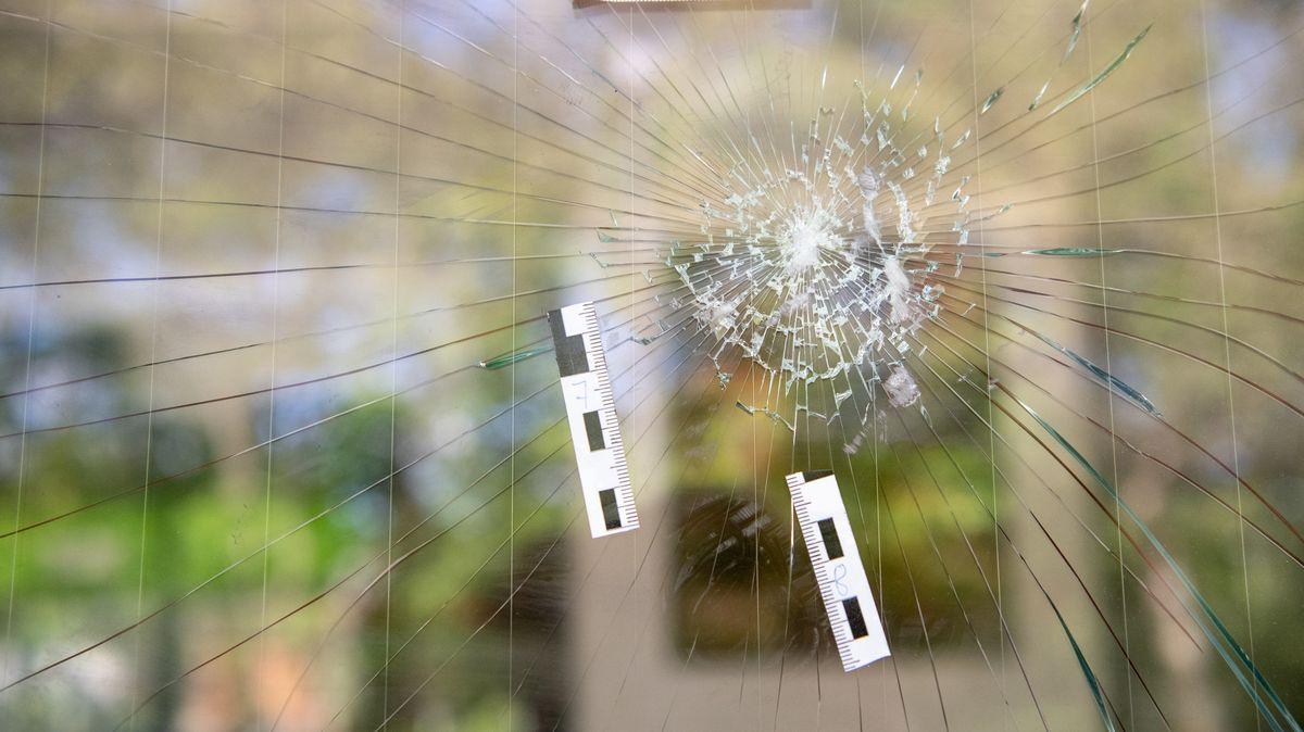 Markierungen der Polizei auf der eingeschlagenen Scheibe eines Döner-Imbiss in Waldkraiburg