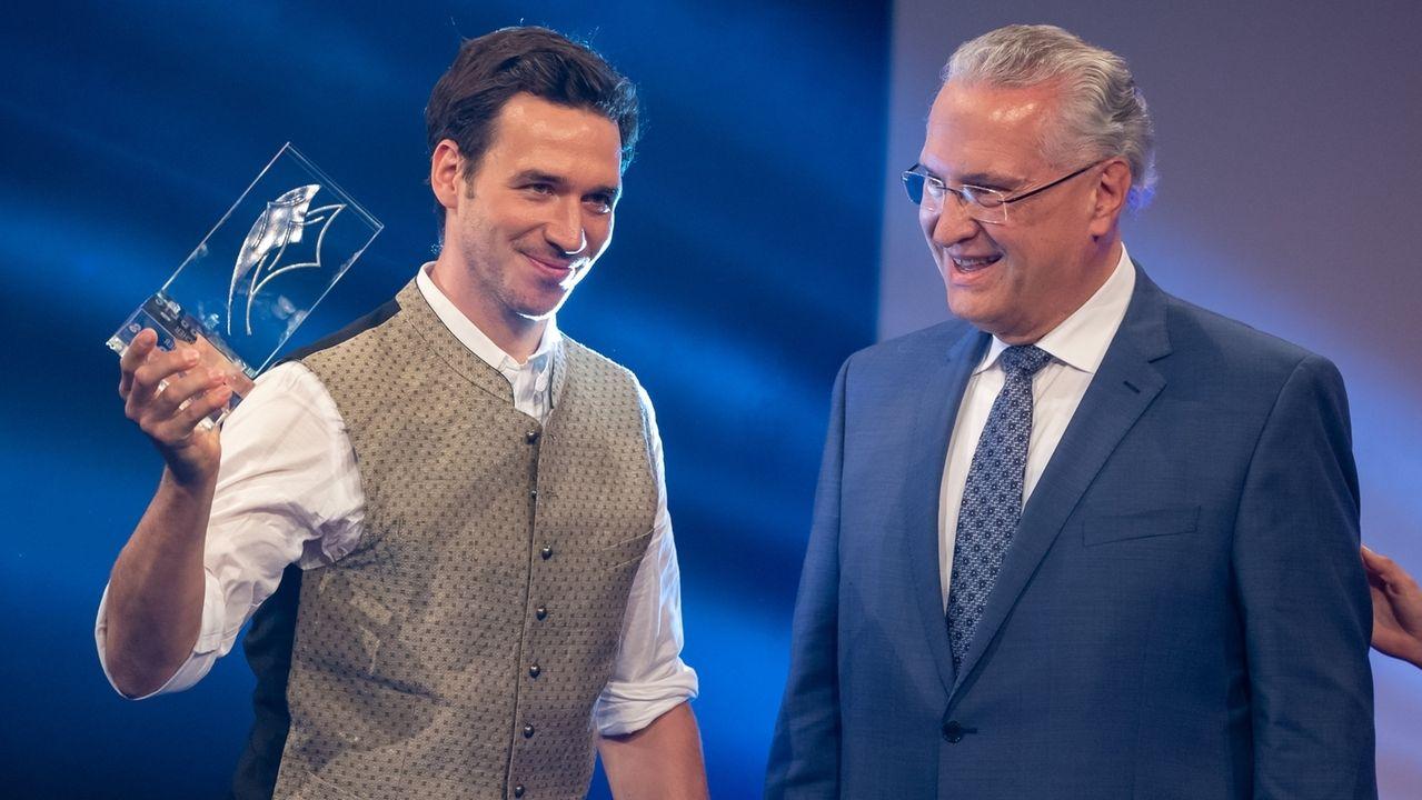 Joachim Herrmann (r, CSU), Innenminister von Bayern, überreicht Skifahrer Felix Neureuther stellvertretend den ·Persönlichen Preis des Bayerischen Ministerpräsidenten· bei der Verleihung des bayerischen Sportpreis 2019.