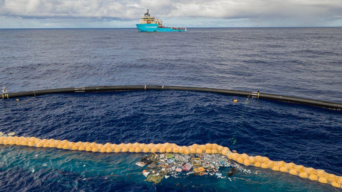 Barriere des Ocean-Cleanup-Projekts im Meer mit eingefangenem Plastikmüll an der Wasseroberfläche.