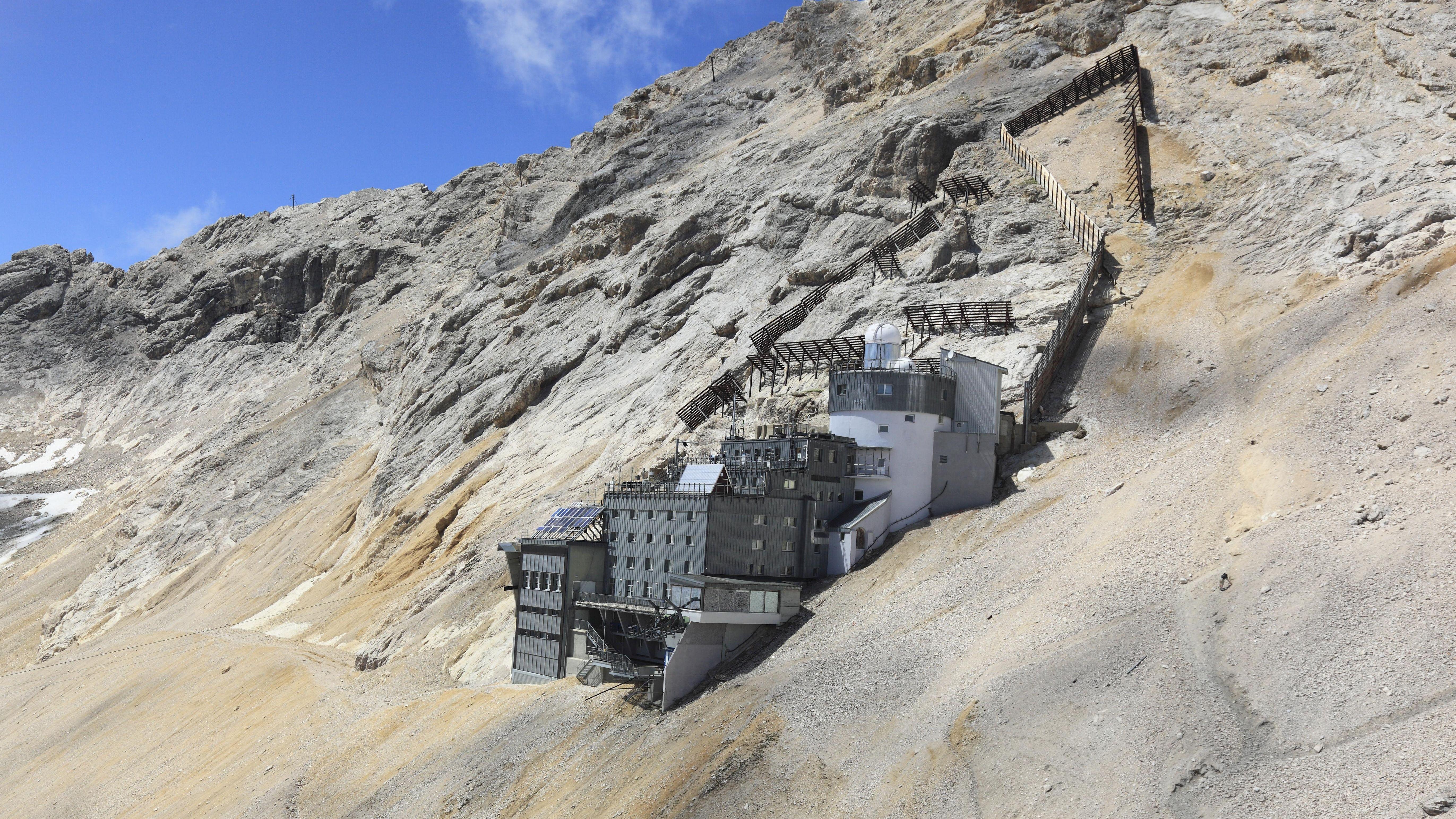 Forschungsstation Schneefernerhaus unterhalb des Zugspitzgipfels