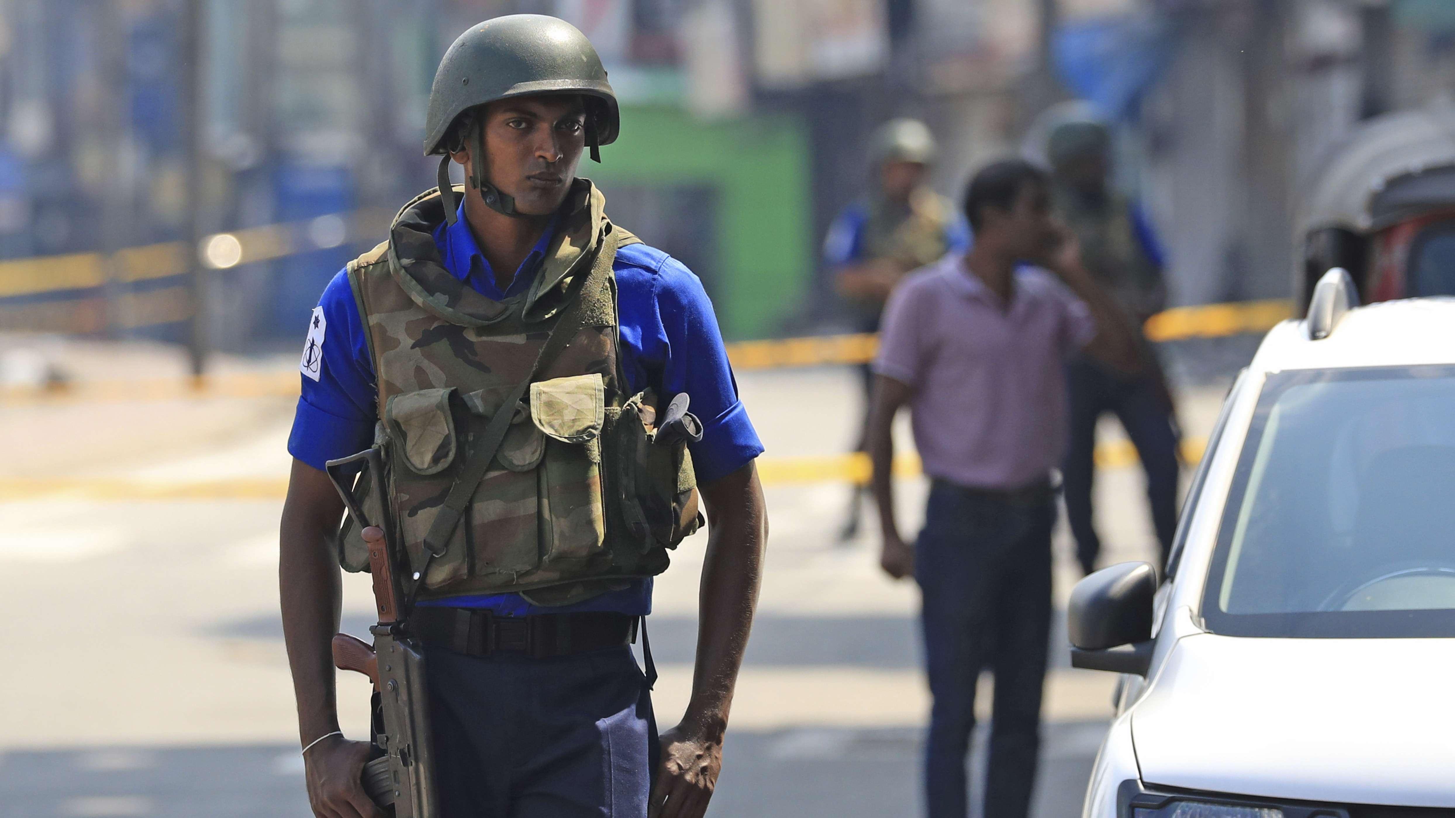 Soldaten sorgen auf Sri Lanka mit einer Straßensperre für Sicherheit