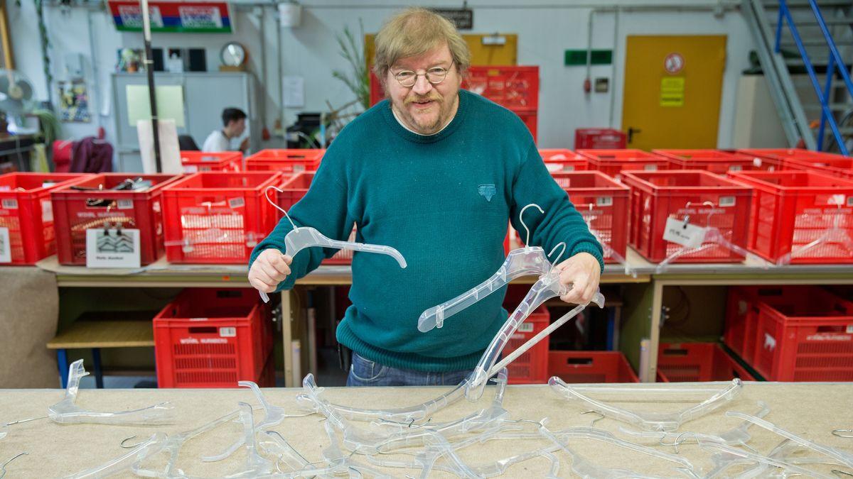 In einer Nürnberger Werkstatt für Menschen mit Behinderung werden Kleiderbügel sortiert.