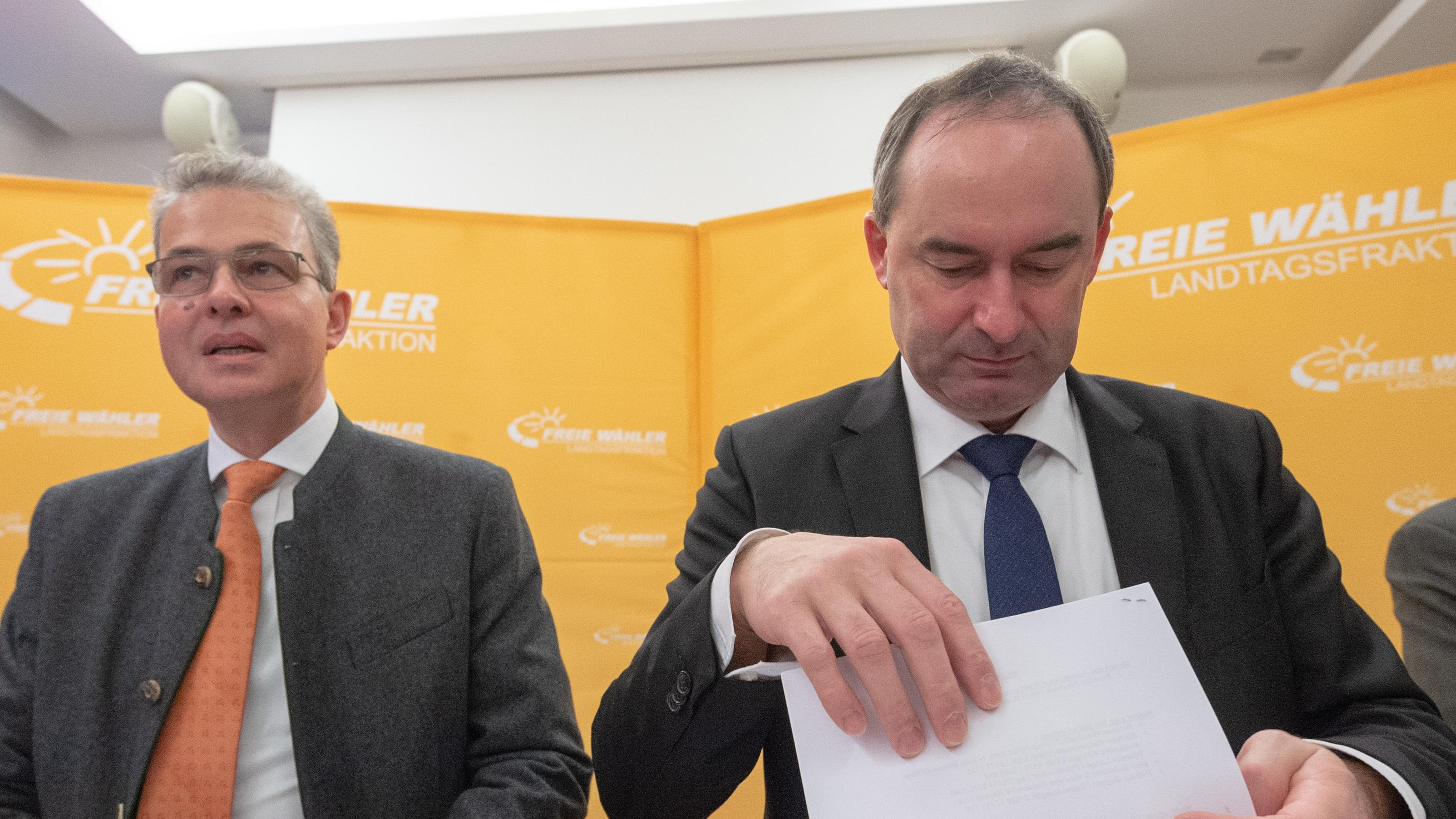 Hubert Aiwanger (r), Wirtschaftsminister und Landesvorsitzender der Freien Wähler in Bayern, und Florian Streibl