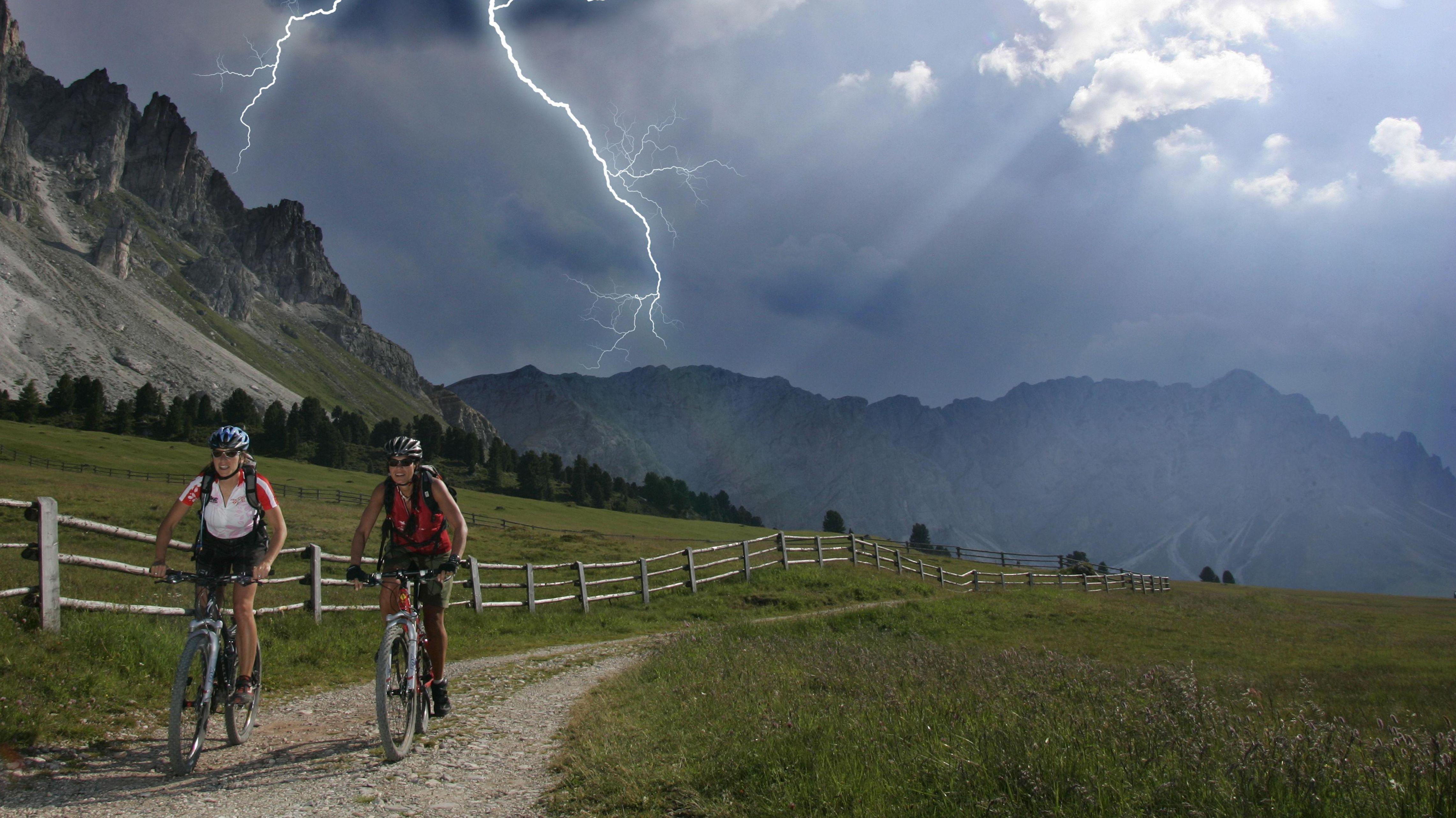 Zwei Radfahrerinnen unterwegs bei Gewitter