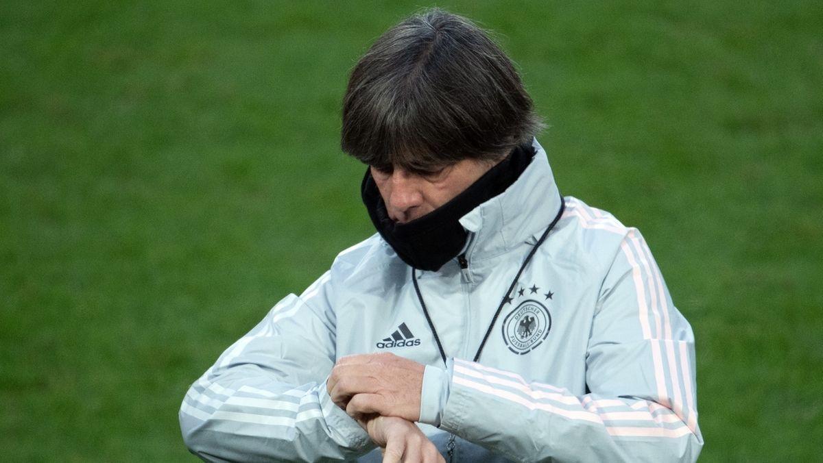Bundestrainer Joachim Löw schaut auf die Uhr