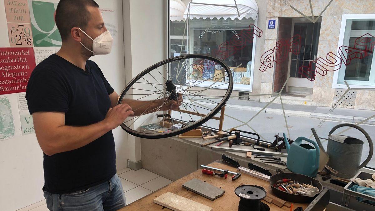 Künstler Tobias Schirmer im Mozartfest-Pop Up Store an seiner Werkbank.