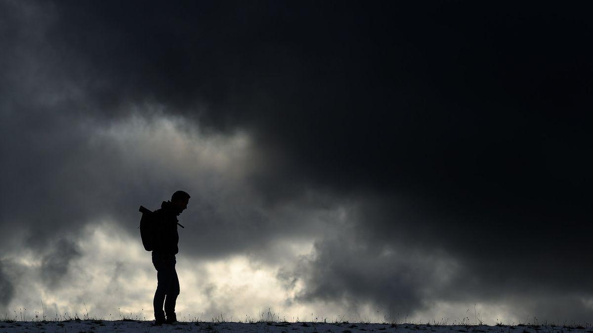 Depressionen -  Mann steht vor einem dunklen Himmel. Nach ersten Ergebnissen eines internationalen Forschungsprojektes der Privaten Hochschule Göttingen (PFH) sind weit mehr Menschen mit schweren depressiven Symptomen belastet als vor der Pandemie.