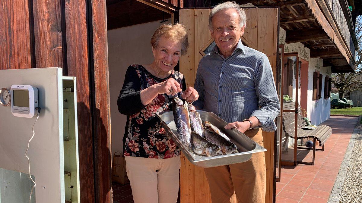 Die ehemaligen Wirtsleute Inge und Norbert Gschwendtner räuchern Forellen.