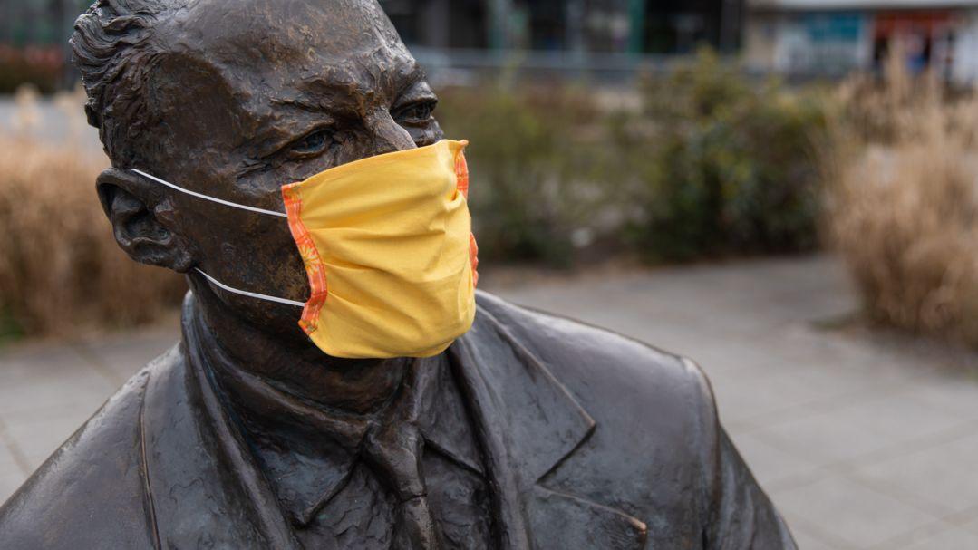 Der Statue von Willy Brandt, auf dem Willy-Brandt-Platz in Nürnberg, wurde ein Mundschutz aufgezogen.