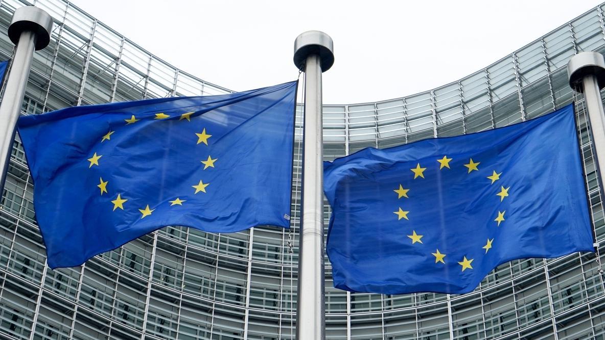 EU-Flaggen vor der Europäischen Kommission in Brüssel