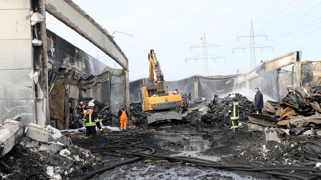 Großbrand bei einer Kunststoffirma in Stockstadt - Nachlöscharbeiten