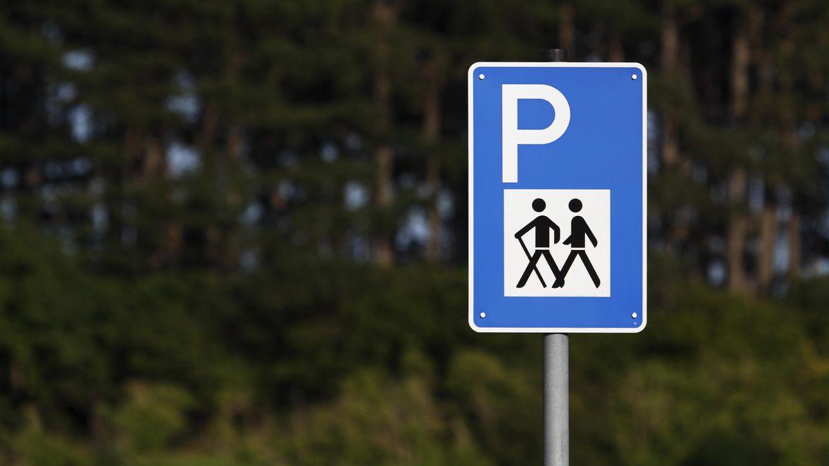 Am Feiertag Fronleichnam sind im Bayerischen Wald viele Ausflugsparkplätze überfüllt.