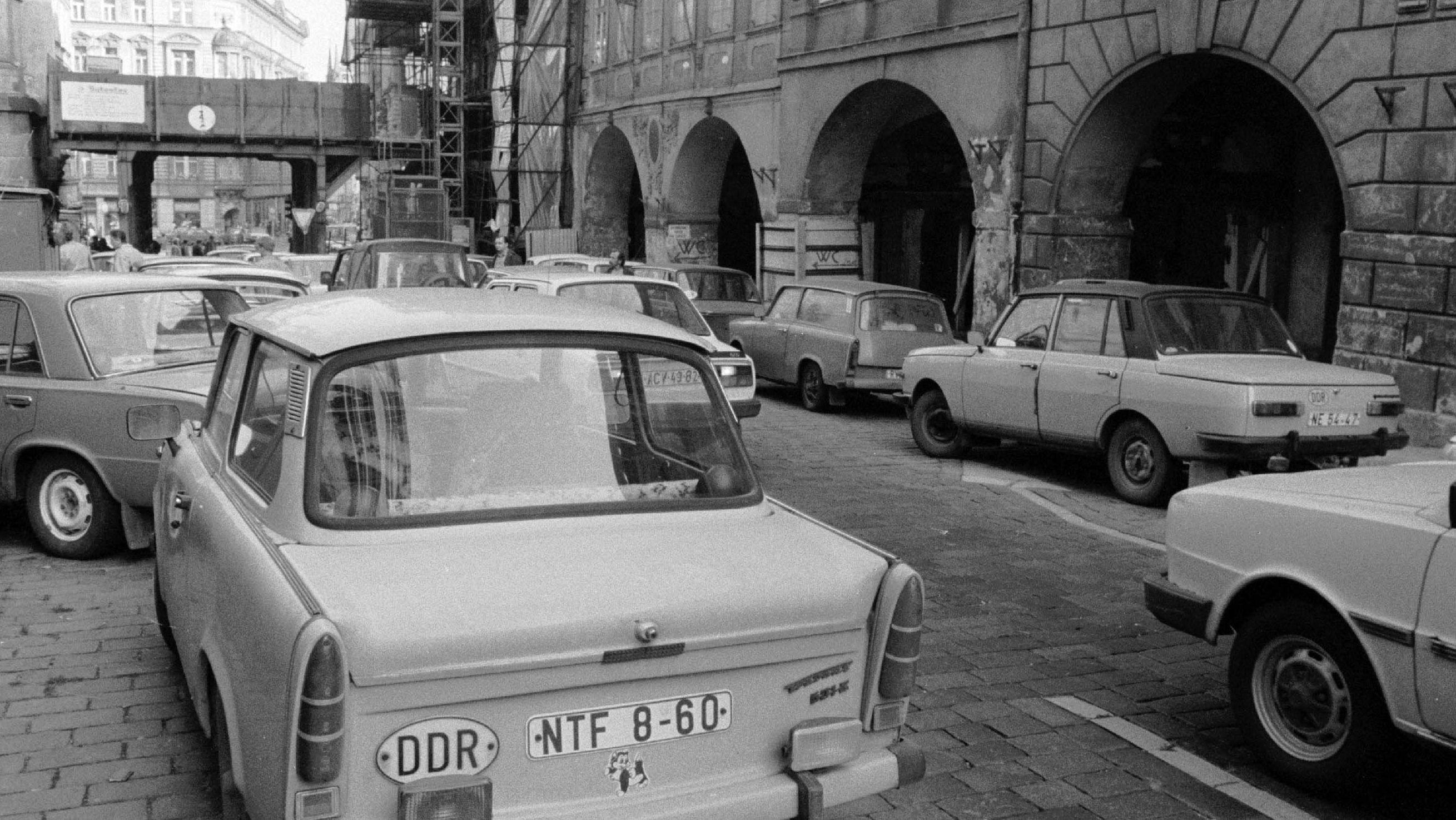 Verwaiste Trabbis säumen die Straßen rund um die westdeutsche Botschaft.
