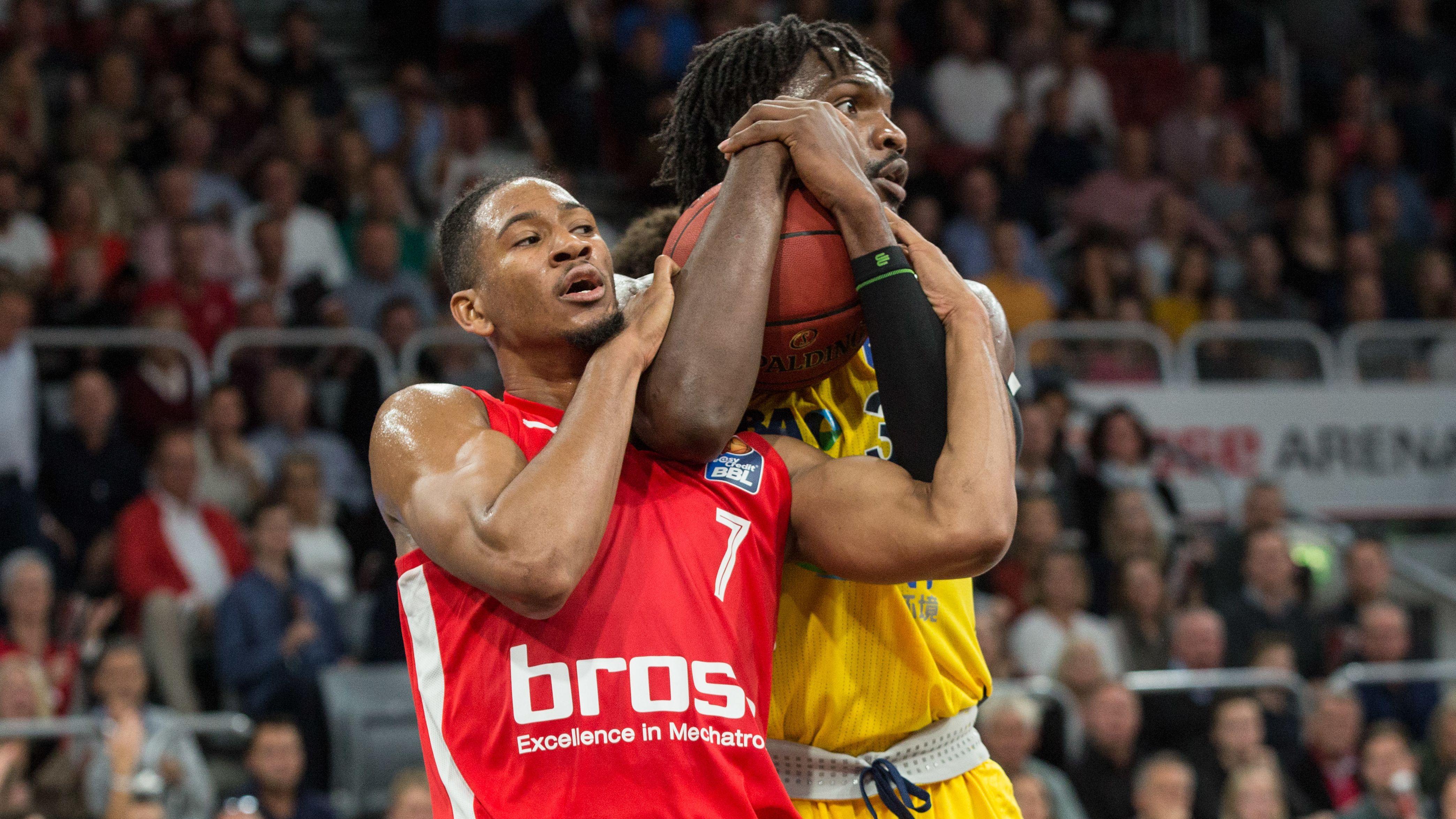 Kameron Taylor (Bamberg) im Zweikampf mit Landry Nnoko (Berlin)