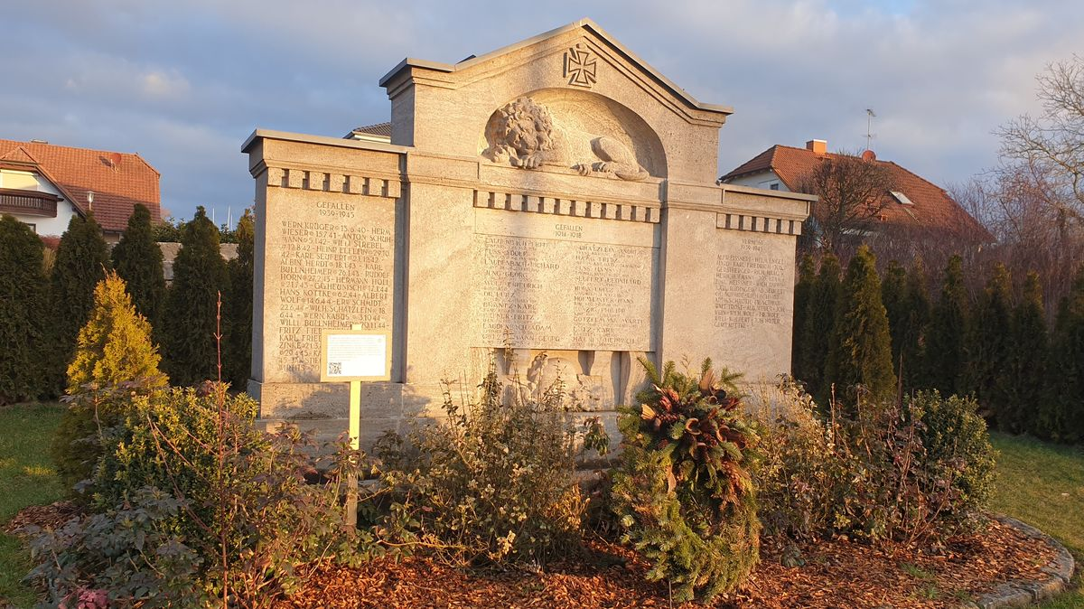 Das Kriegerdenkmal in Geroldshausen mit einer Infotafel.