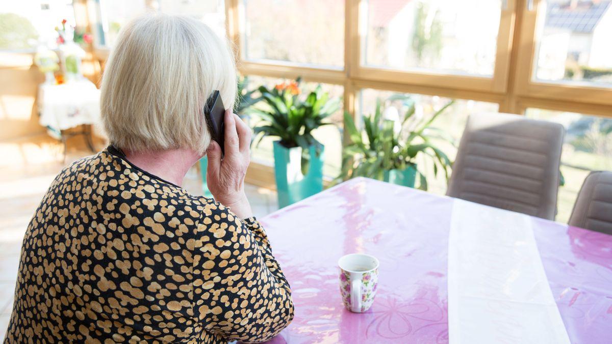 Viele Senioren, besonders in Pflegeheimen, kämpfen mit der Einsamkeit, denn Besuche von ihrer Familie sind momentan nicht erlaubt.