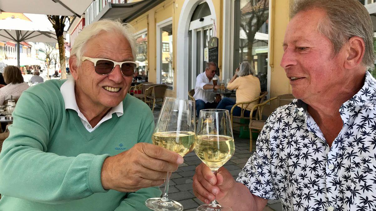 Karl-Josef Büth (li.) ist glücklich, endlich wieder zusammen mit seinem Freund Hans im Café sitzen zu können.