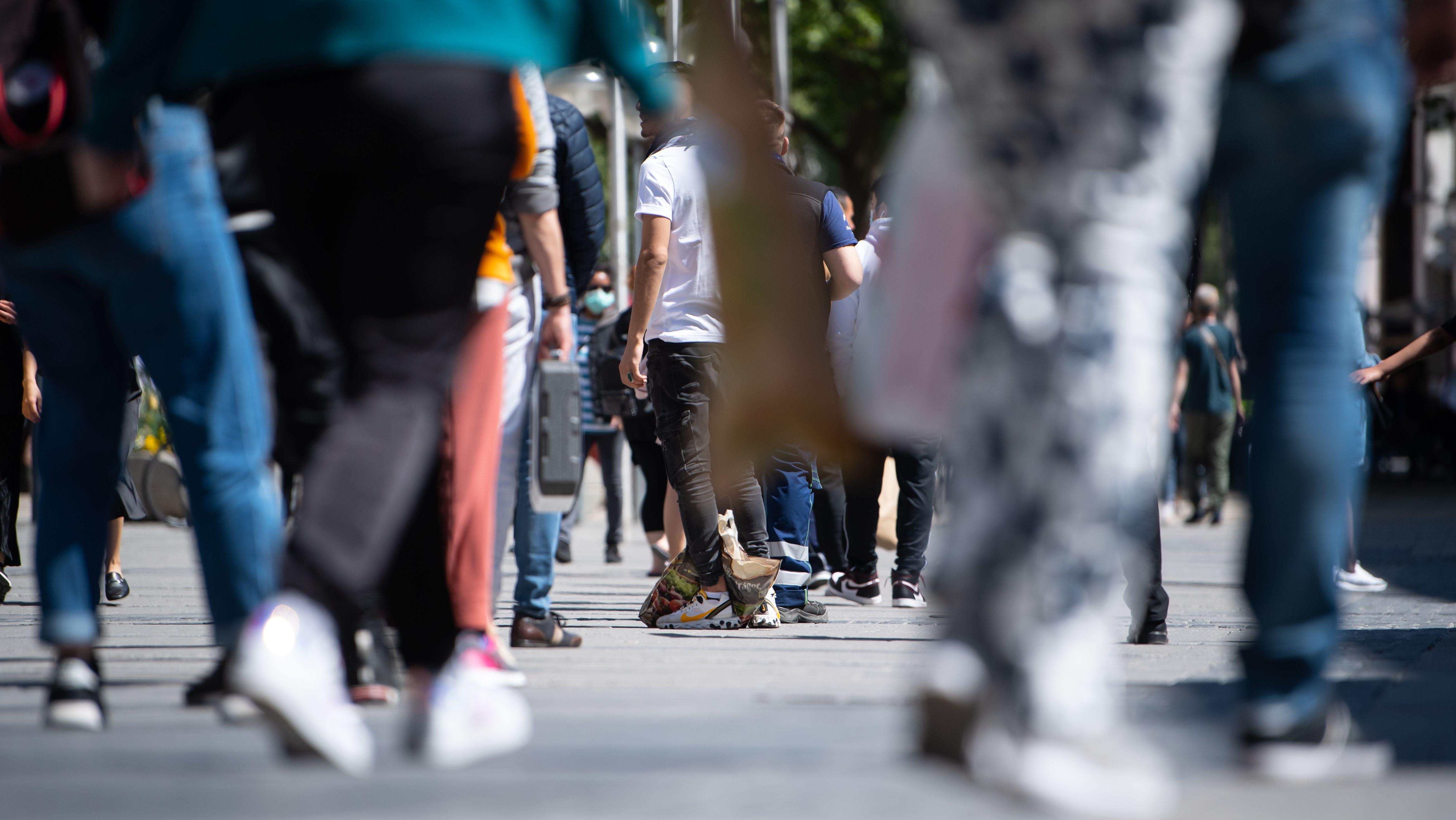 Shopping in der Münchner Fußgängerzone: Passanten mit Tüten (Symbolbild)