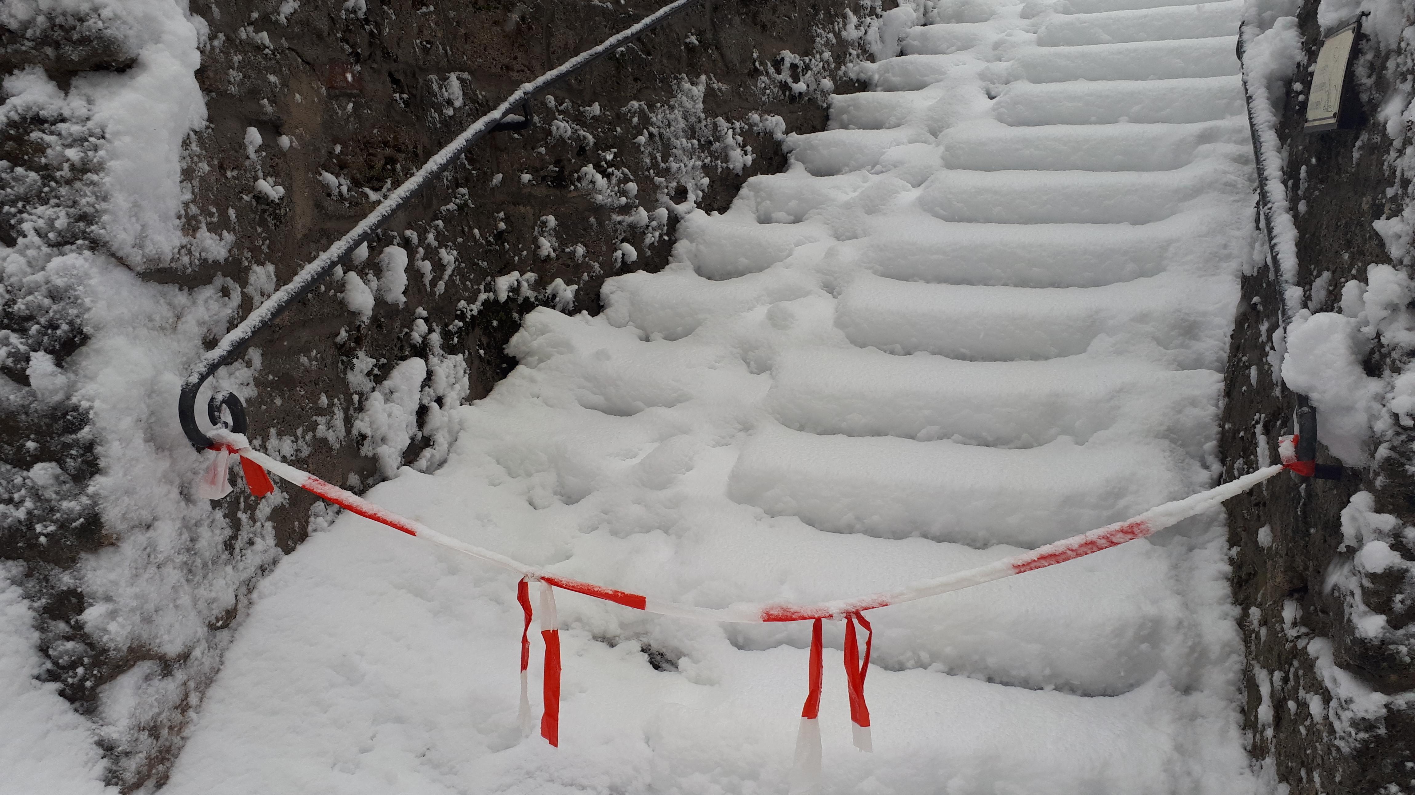 Verschneite Treppe am Tegernsee im Landkreis Miesbach