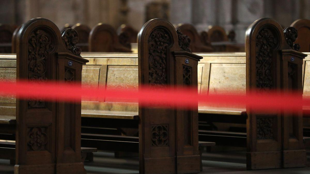 Abgesperrte Kirchenbänke (Symbolbild)