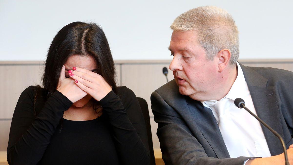 Die Angeklagte mit ihrem Anwalt Oliver B. Gaertner beim Prozessbeginn im September.
