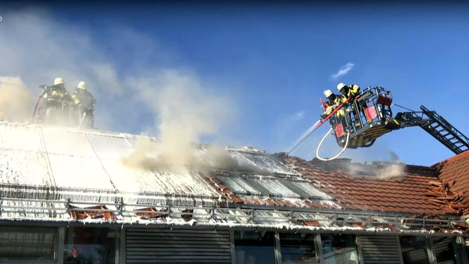 Löscharbeiten bei einer brennenden Solarthermieanlage