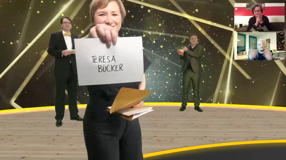 Foto von der Preisverleihung: Moderatorin hält Zettel mit dem Namen Teresa Bücker in die Kamera Aufsch