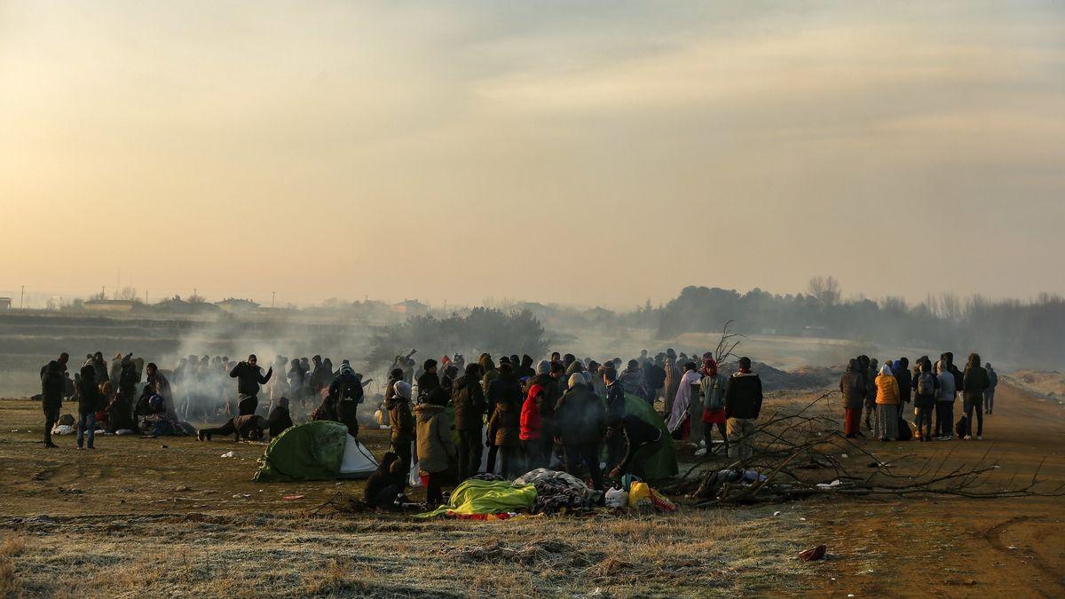 Migranten versammeln sich am Fluss Mariza in der Nähe des türkisch-griechischen Grenzübergangs Pazarakule auf dem Weg nach Griechenland.