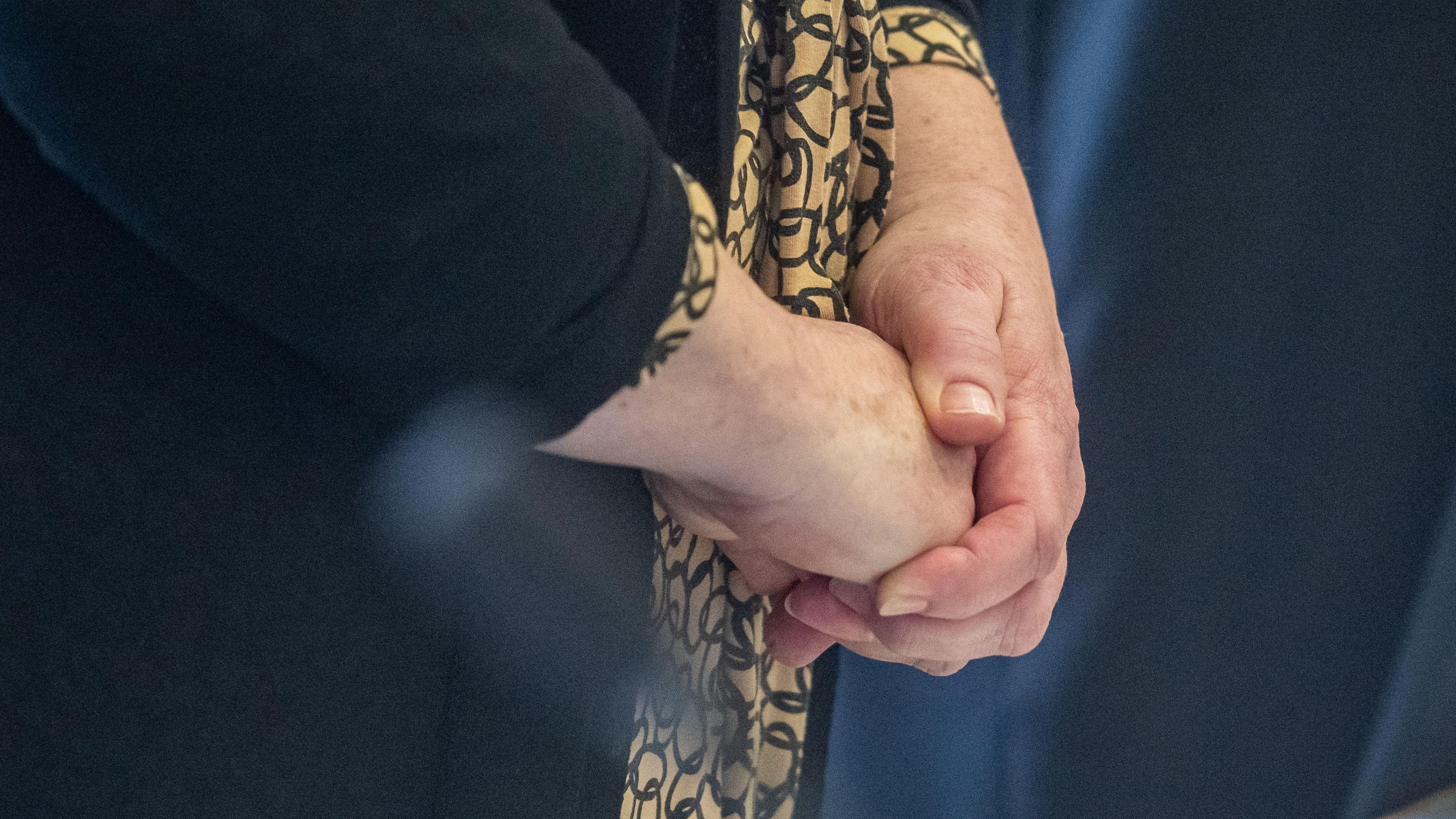 Die 61-Jährige Angeklagte hat am ersten Prozesstag in Regensburg geschwiegen.