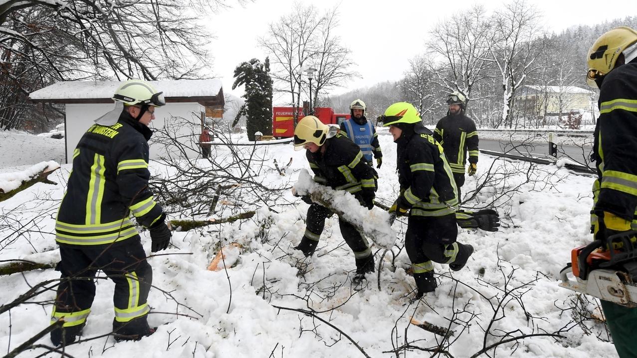 Wegen des schweren Schnees muss die Traunsteiner Feuerwehr immer wieder ausrücken und abgebrochene Äste wegschaffen