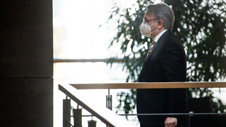 Georg Nüßlein (CSU) geht über einen Flur zu seinem Bundestagsbüro, während dieses durchsucht wird. Der Bundestag hat die Immunität des CSU-Abgeordneten Nüßlein aufgehoben und damit den Vollzug gerichtlicher Durchsuchungs- und Beschlagnahmebeschlüsse genehmigt.   Bild:picture alliance/dpa   Bernd von Jutrczenka