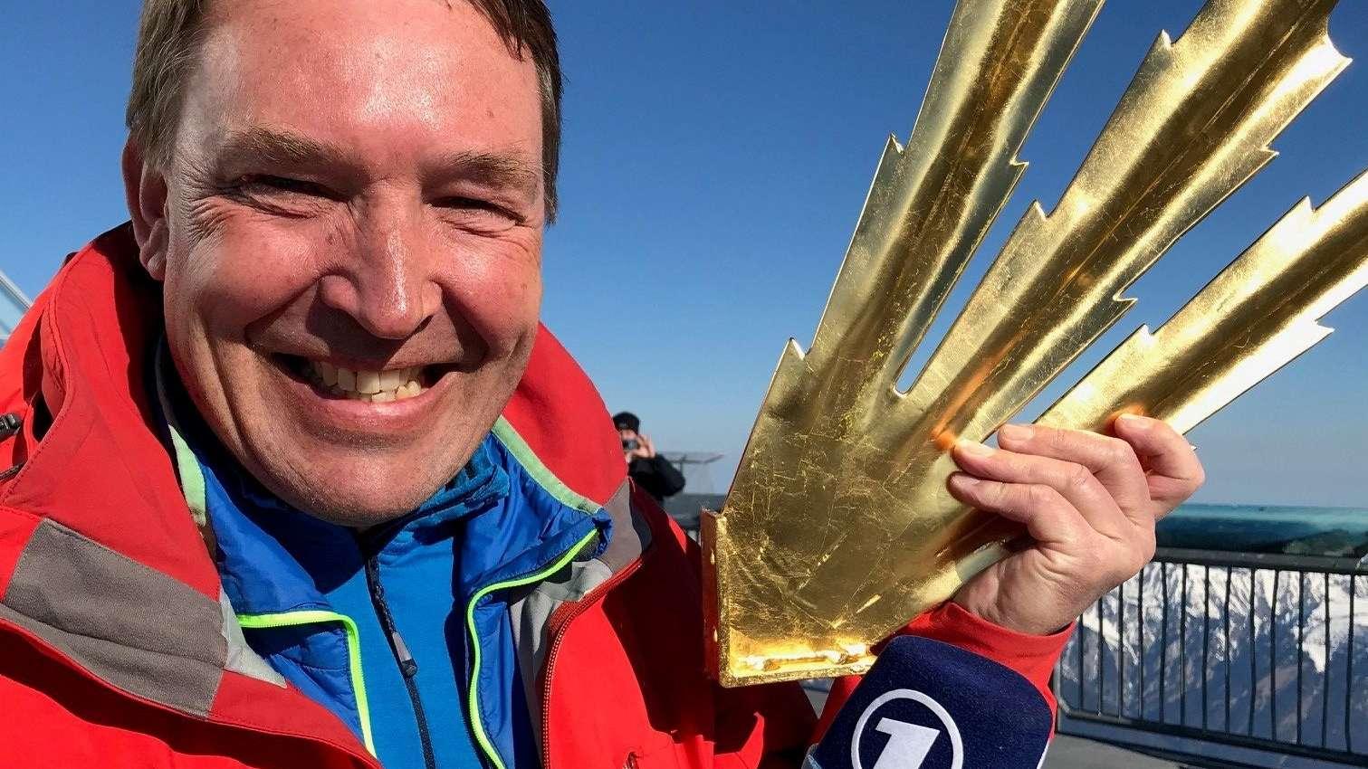 Stolz hält BR-Reporter Lui Knoll die vergoldete Spitze in seinen Händen.
