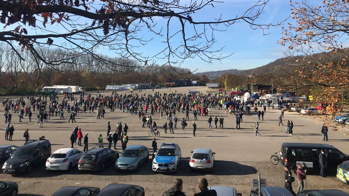 """Zu Beginn der """"Querdenken-Demonstration"""" auf dem Dultplatz"""