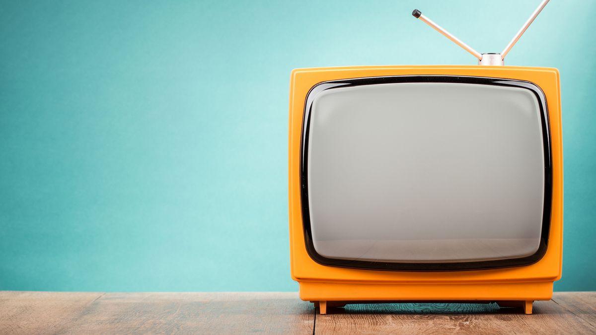Ein kleiner Röhrenfernseher mit orangefarbenem Gehäuse.