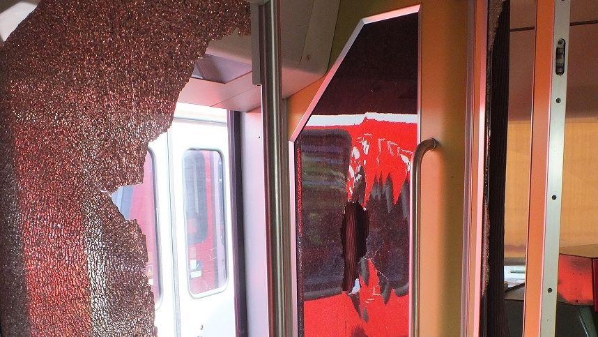 Demolierter Regionalzug der Westfrankenbahn