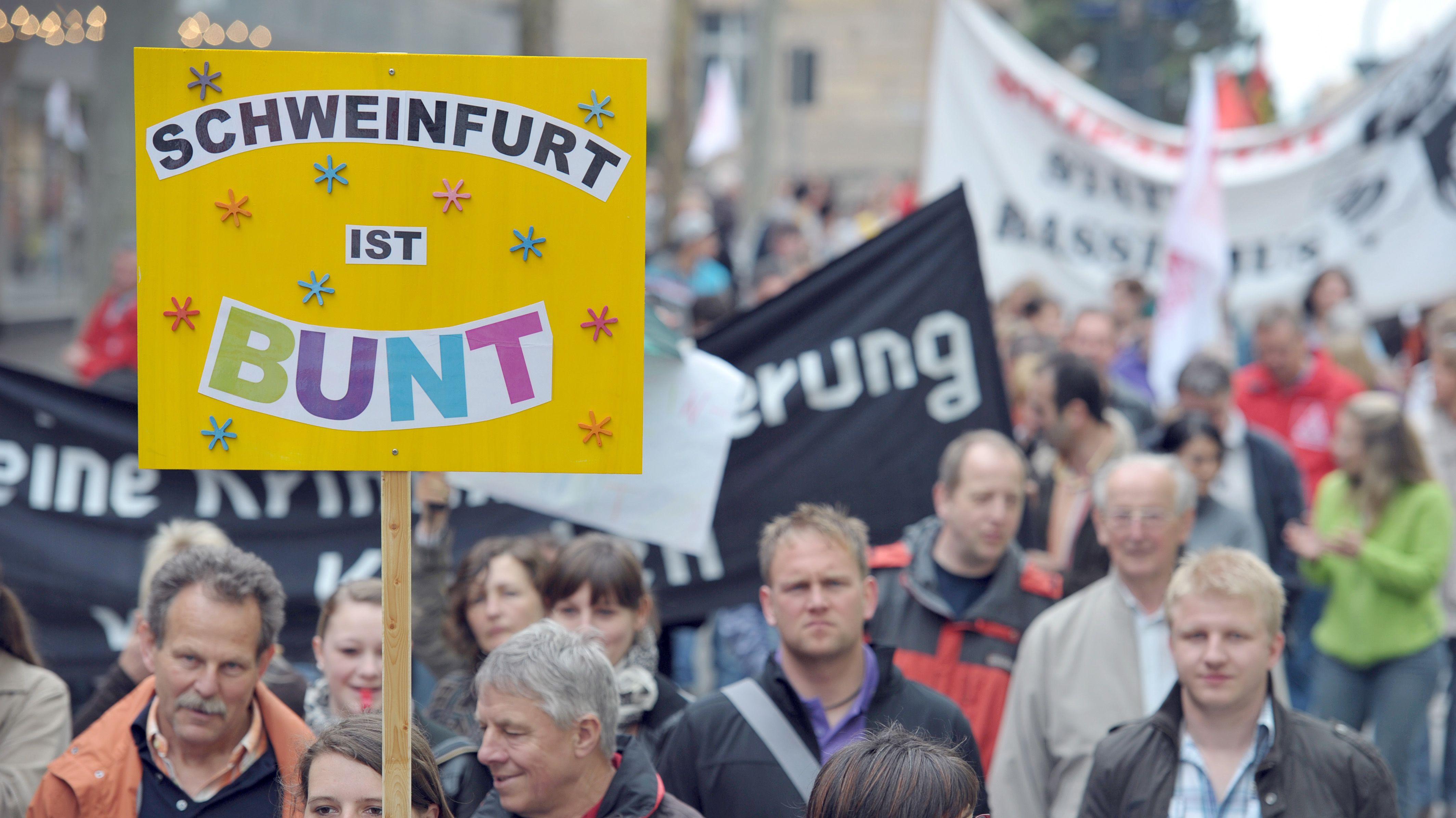 Demonstrierende gehen gegen Rechtsextremismus auf die Straße
