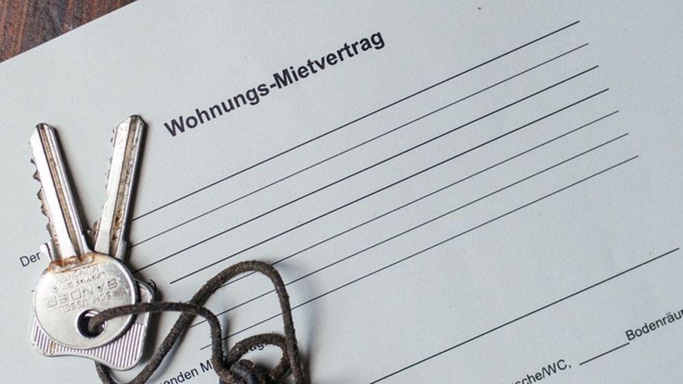 Zwei Schlüssel liegen auf einem Mietvertrag | Bild:dpa